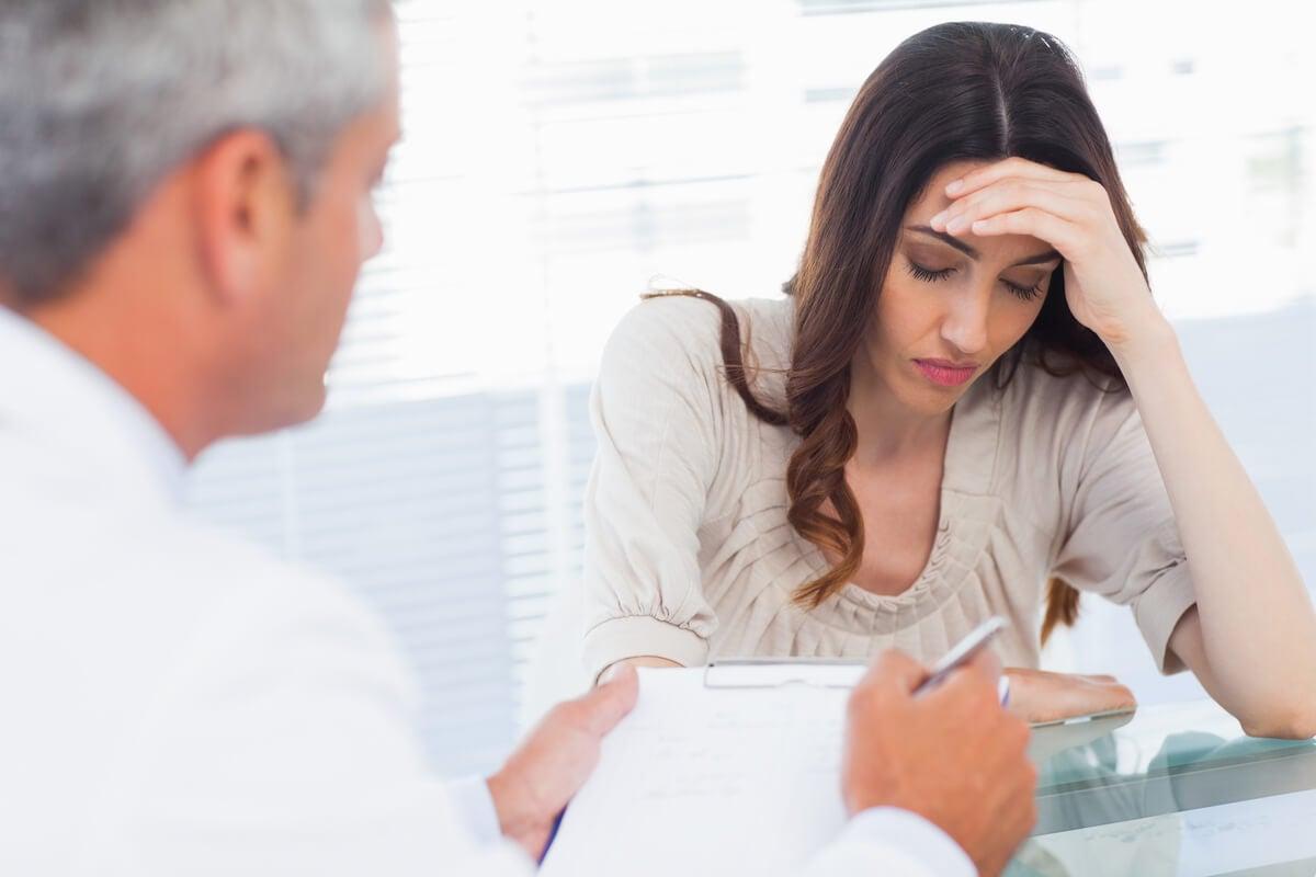 Mujer que sufre los sintomas de la somatización