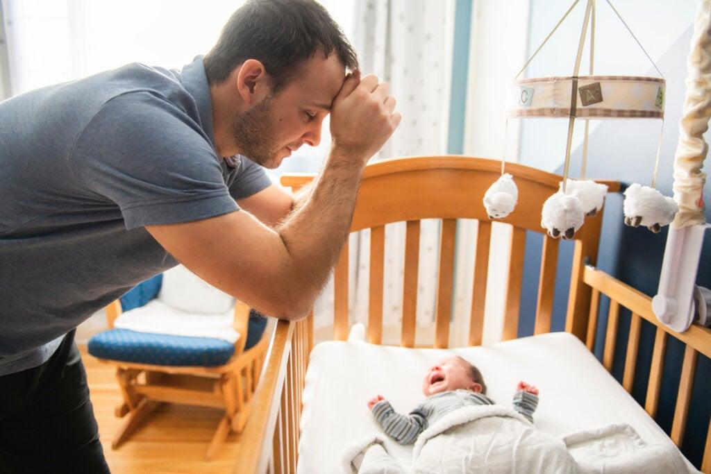Padre con bebé llorando