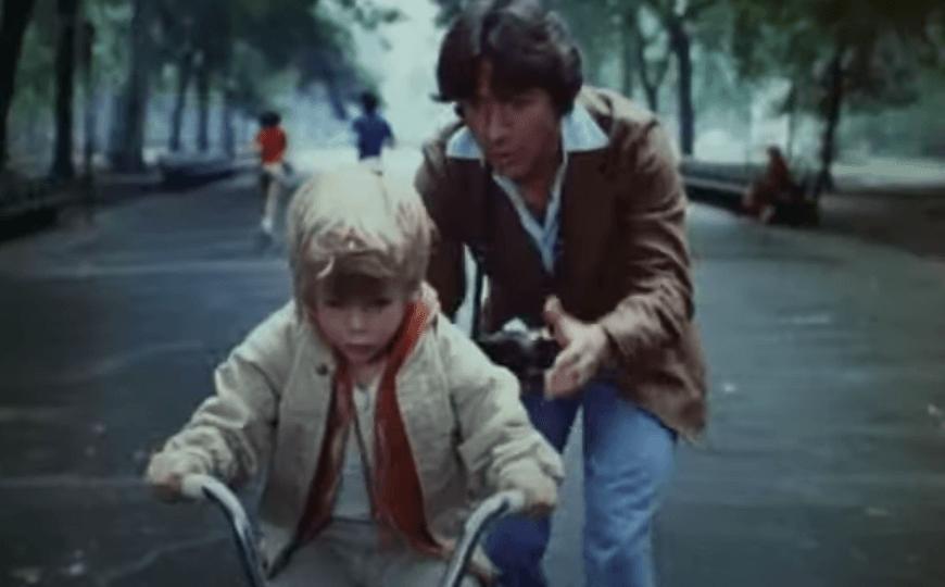 Padre e hijo montando en bici