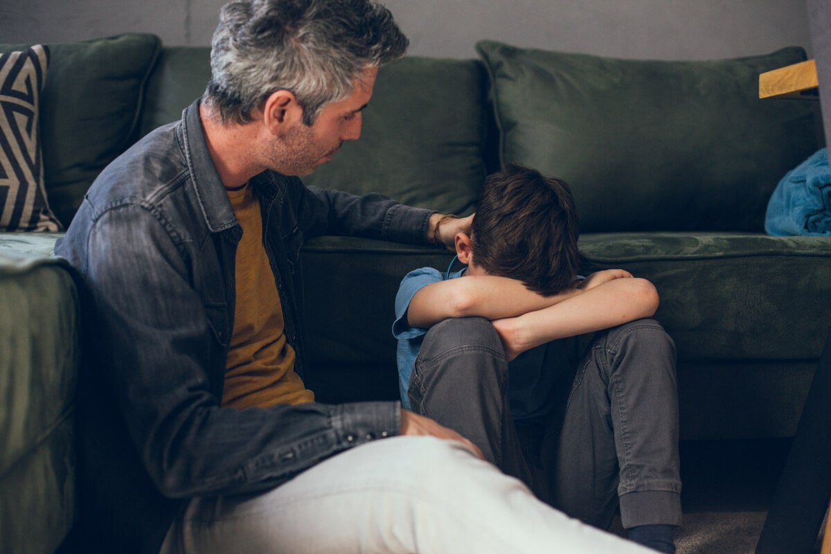 Padre hablando con su hijo sobre la muerte