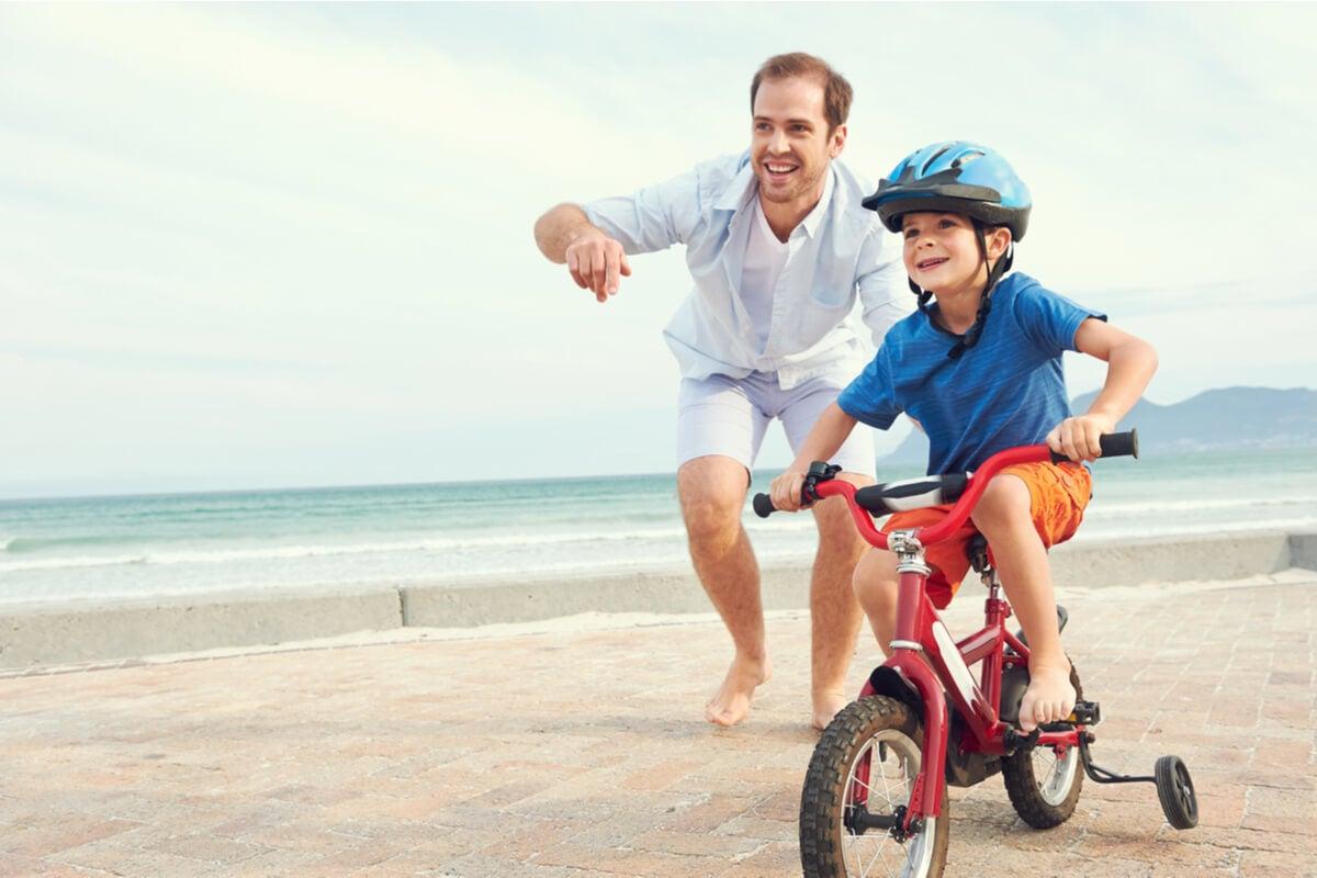 Padre pasando tiempo con su hijo en bici