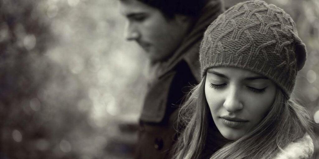 Chica triste simbolizando la tristeza por tener a personas que no te miran a los ojos