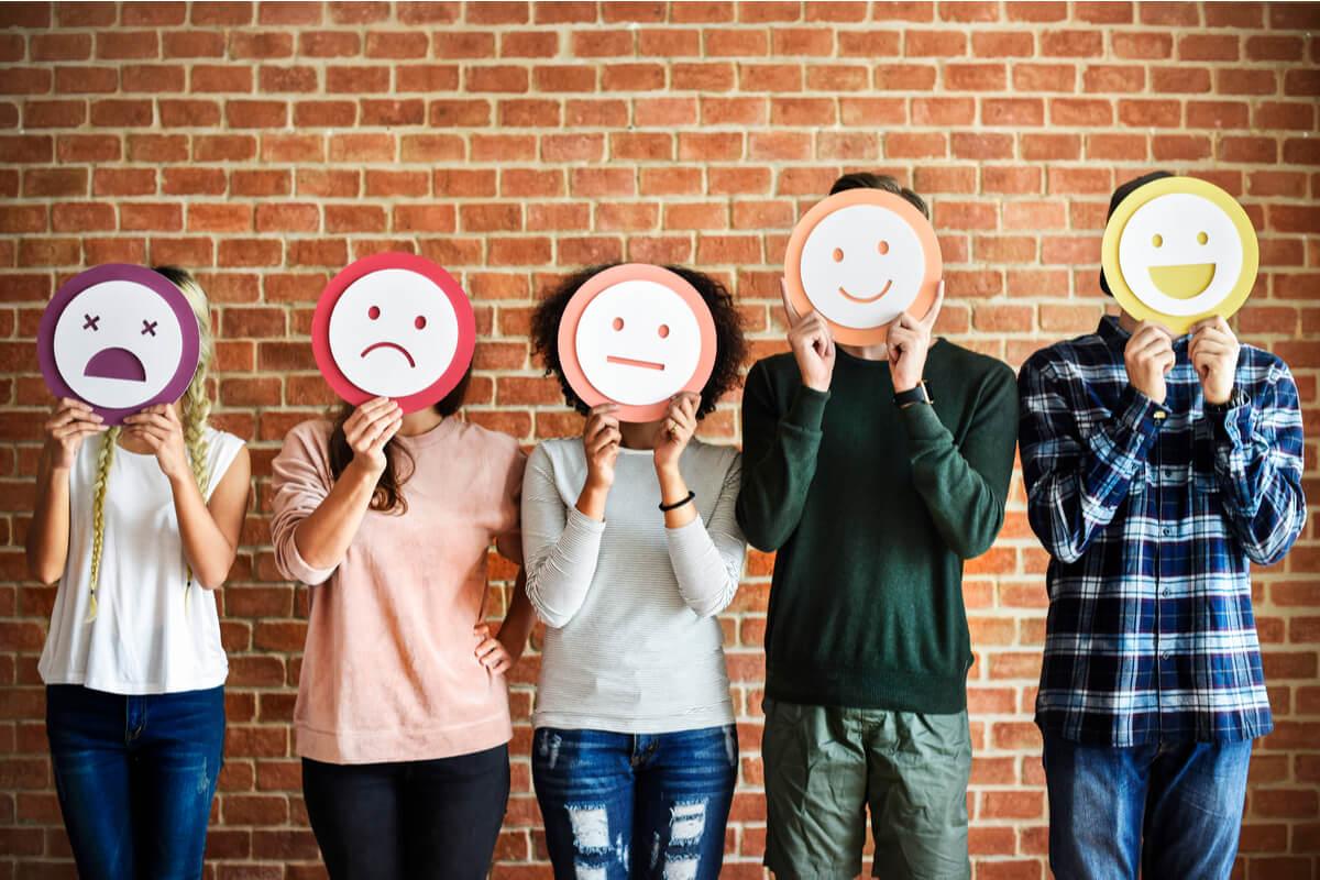 Personas representando diferentes emociones en su cara con dibujos