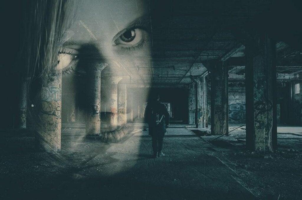 Mujer en un pasadizo oscuro