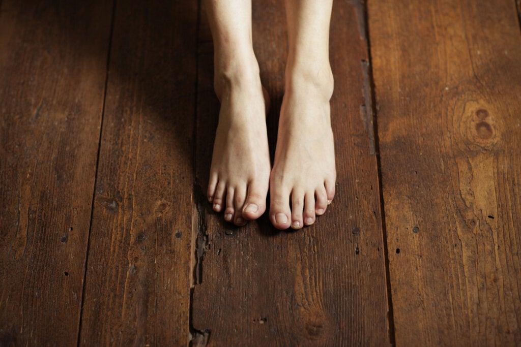 Pies apoyados en el suelo por el ejercicio de Grounding
