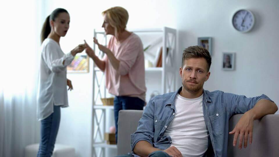 Hombre pensando en el conflicto entre suegra y nuera