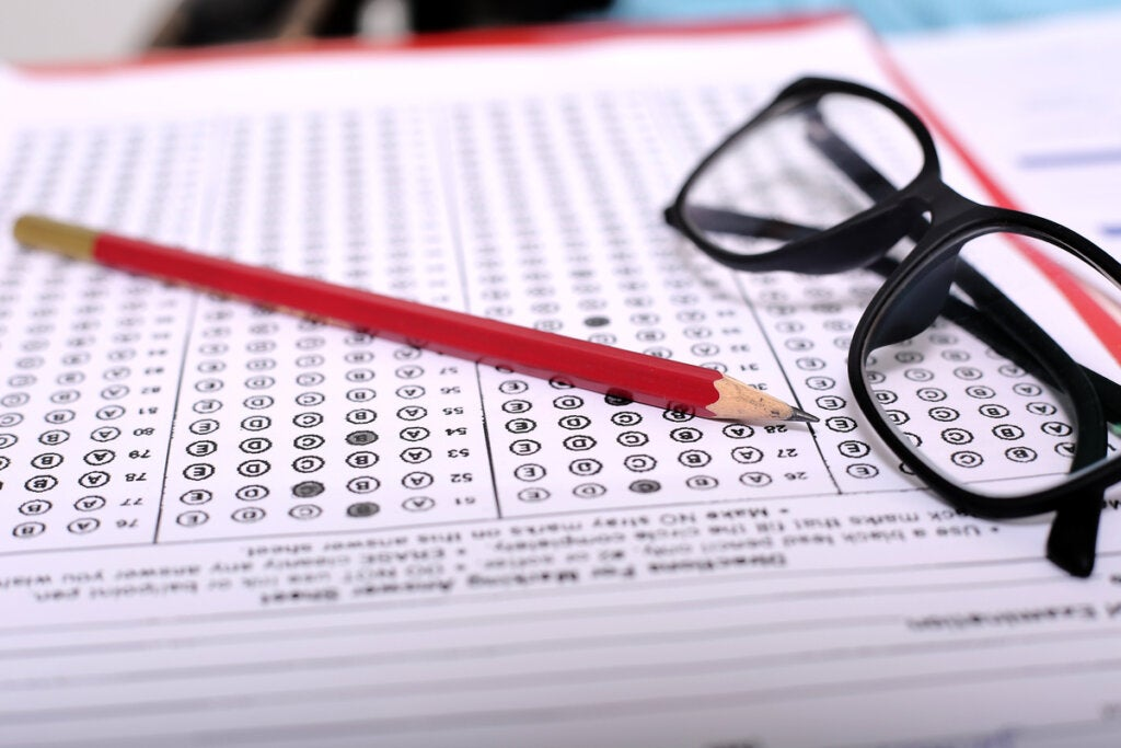 Test con gafas y lápiz