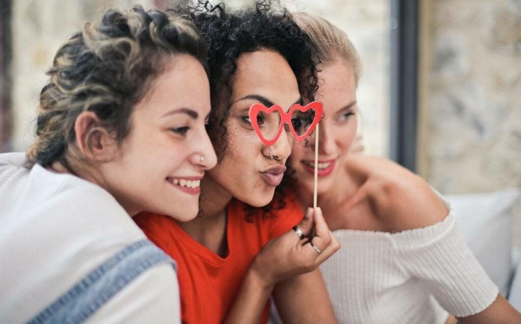 La heurística de la atracción: estar de acuerdo con los que nos agradan