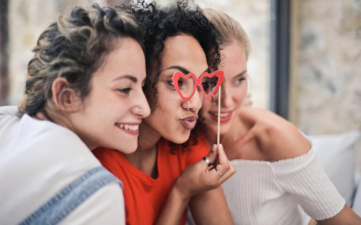Tres amigas juntas representando que no se puede vivir sin amigos