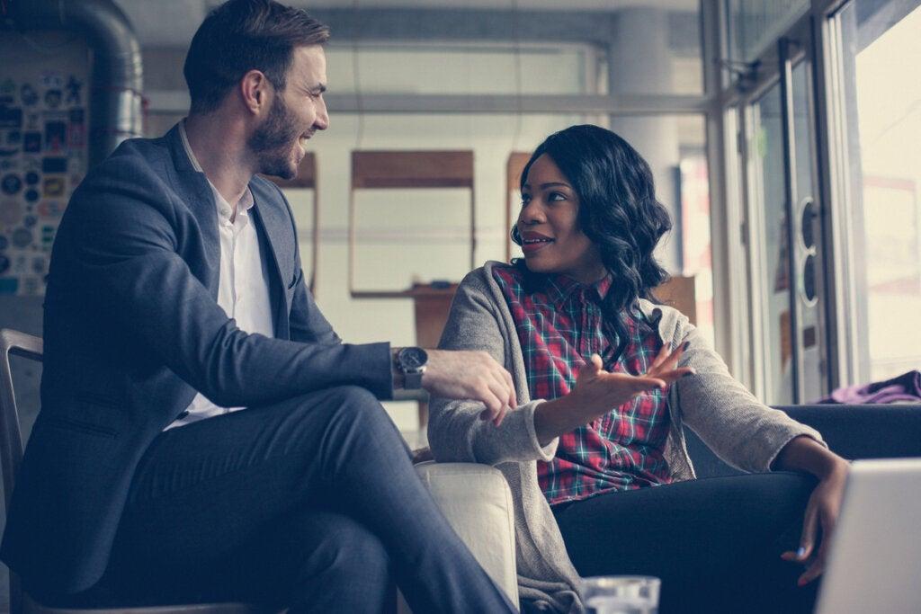 ¿Cómo se comunica una persona hábil en inteligencia emocional?