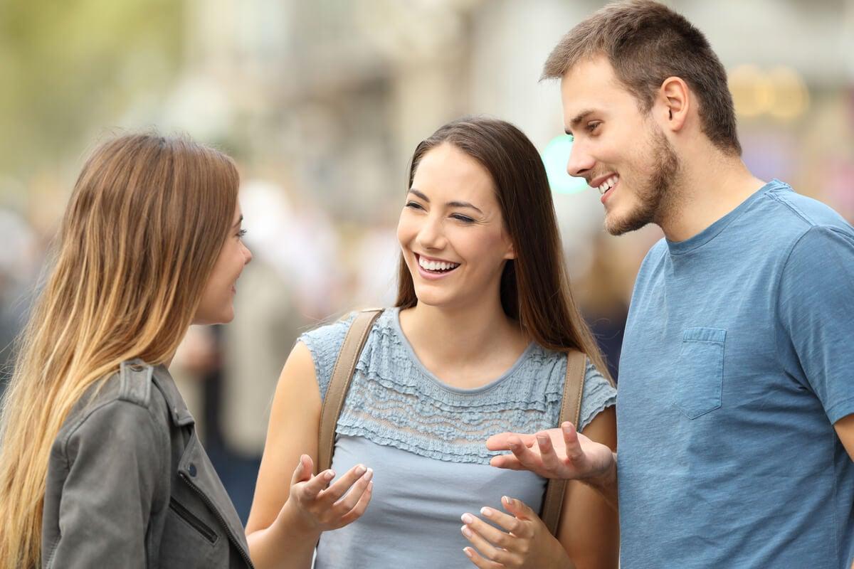 Amigos hablando, las mejores personas