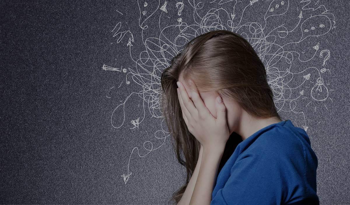 Chica experimentando ansiedad y visión borrosa