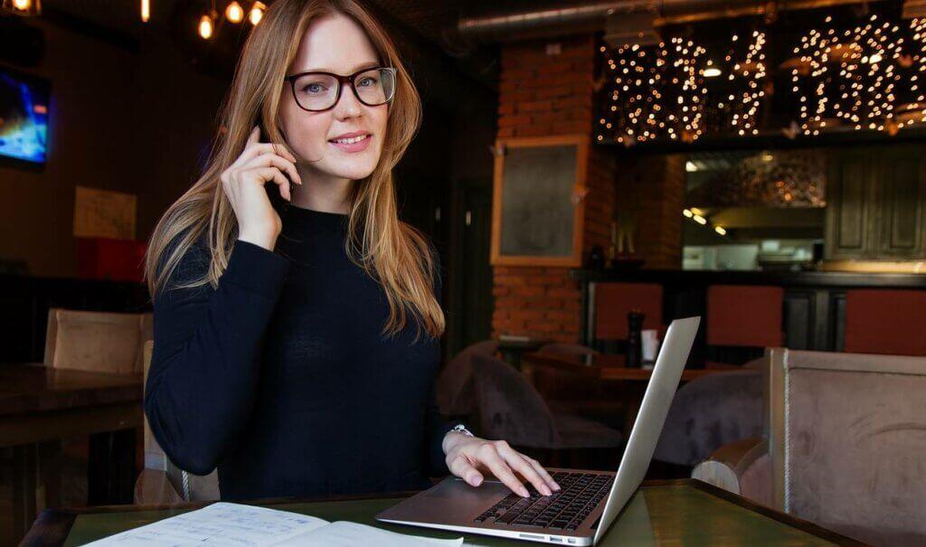 Chica con gafas y ordenador