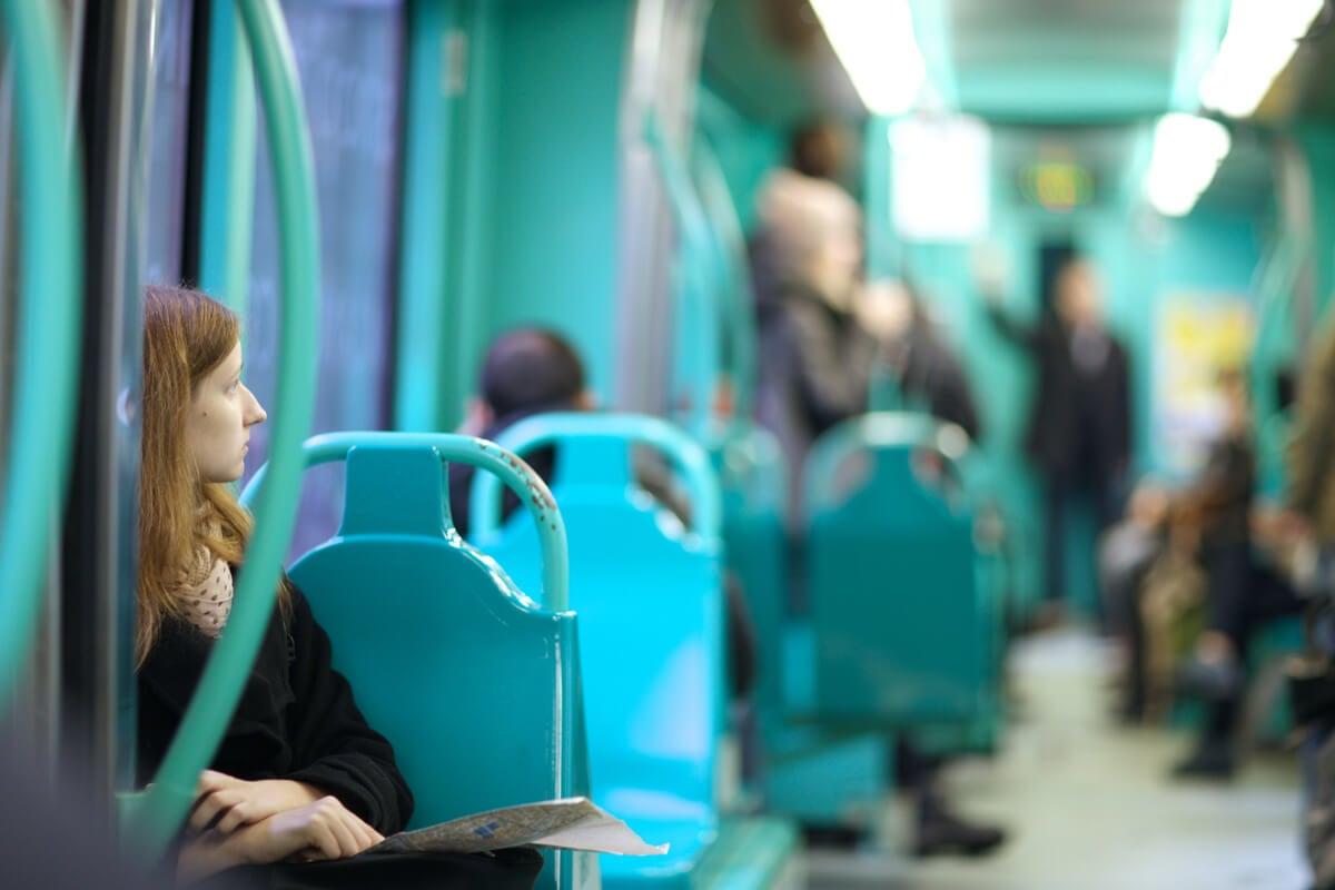 Chica en el metro mirando