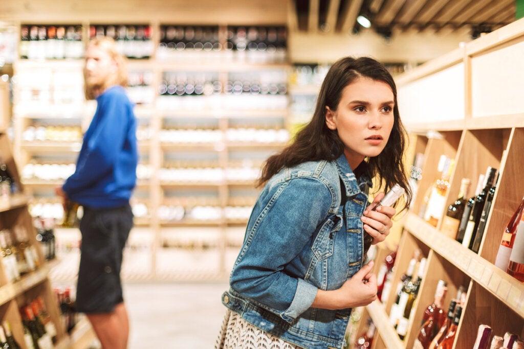 Chica robando en un supermercado