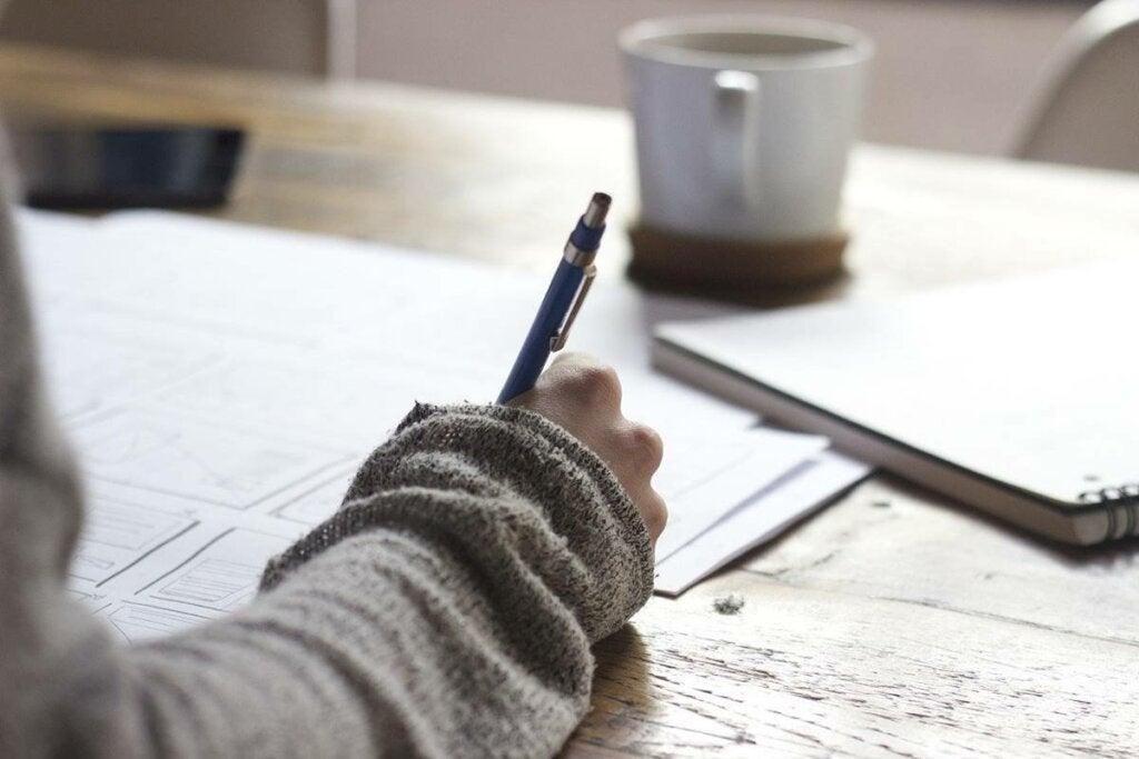 Mujer escribiendo representando a las personas sin tiempo libre