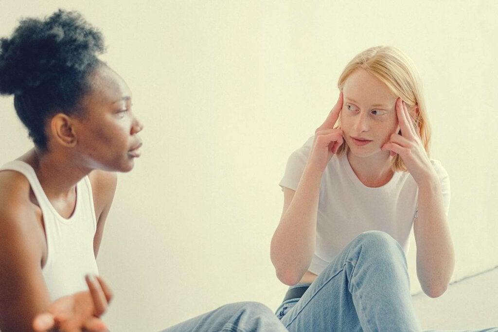 chicas hablando intentando solucionar las discusiones que terminan mal