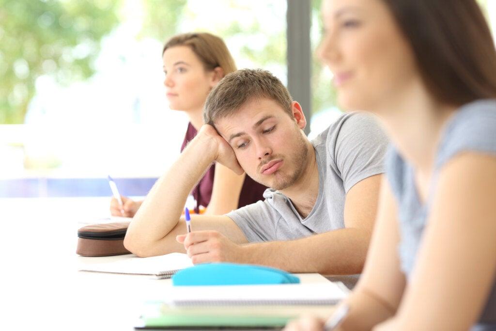 Chico con TDAH aburrido en clase