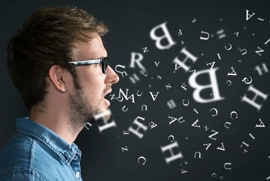 Chico expresando letras y preguntándose ¿oor qué a veces hablamos solos?