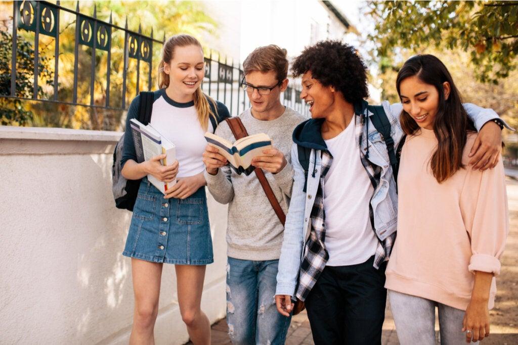 grupo de amigos representando cuándo empieza y termina la adolescencia