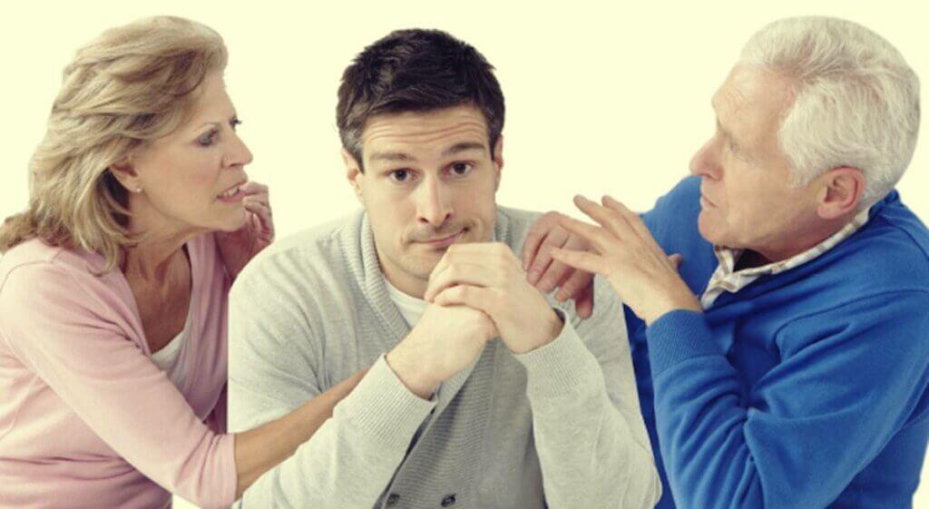 Hijo adulto entre padres pensando en que tengo miedo a defraudar a mi familia