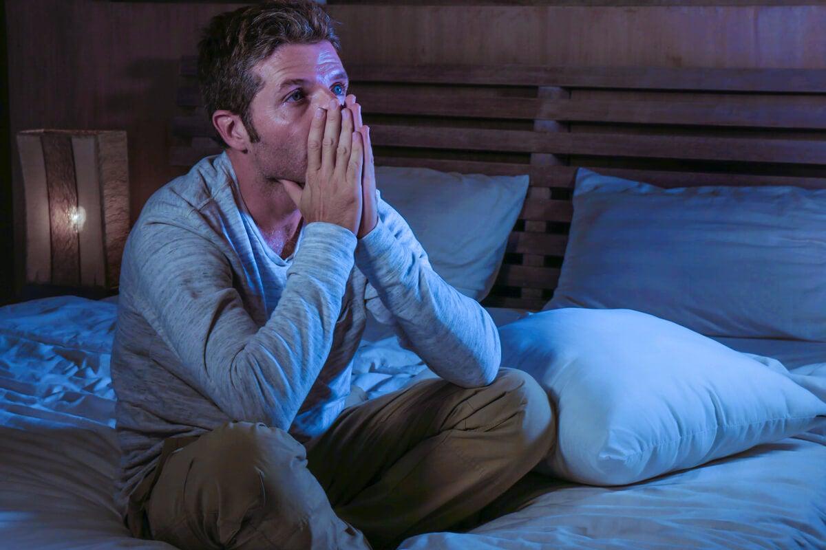 Hombre con ansiedad en la cama