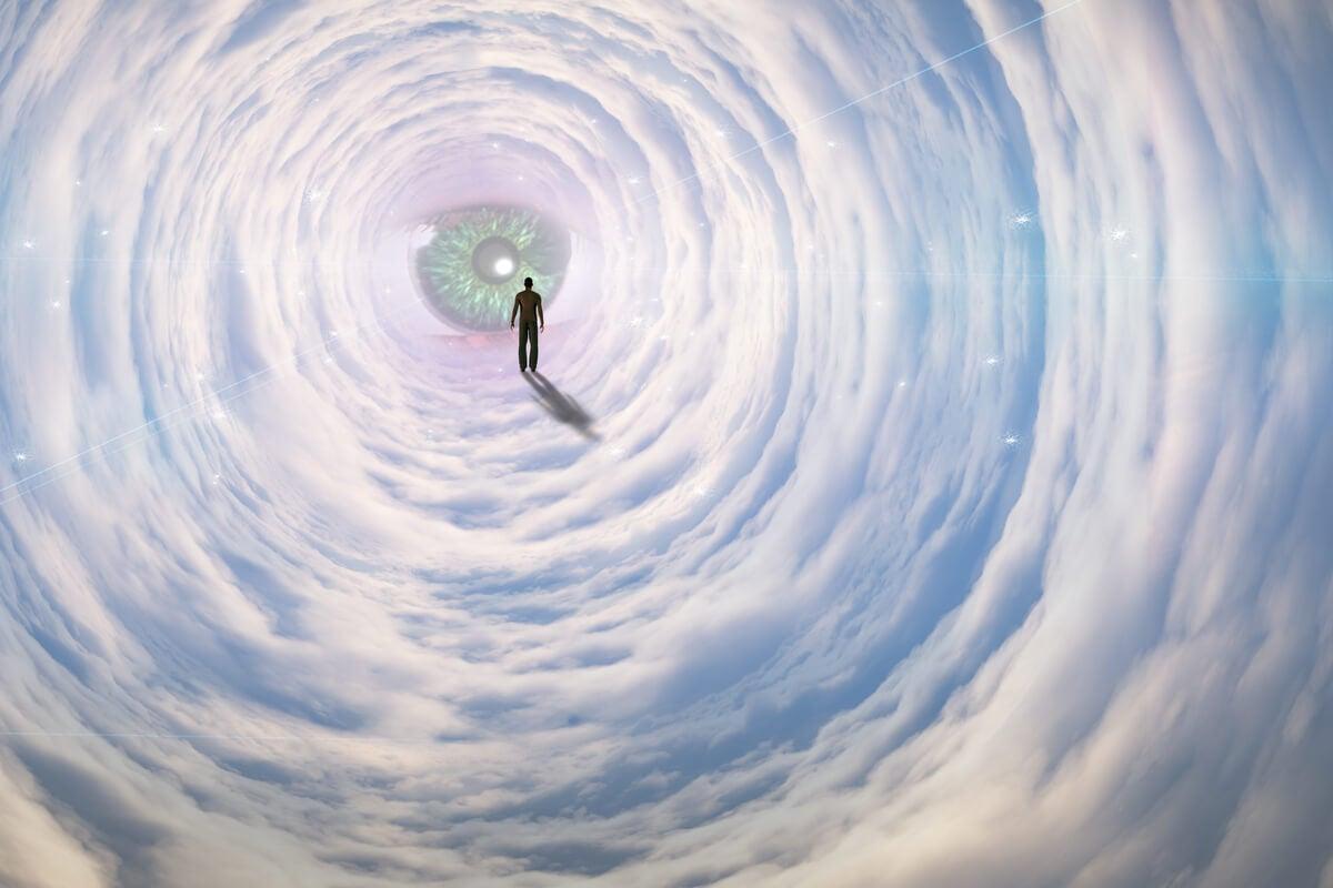 Hombre caminando entre nubes representando la entropía psicológica
