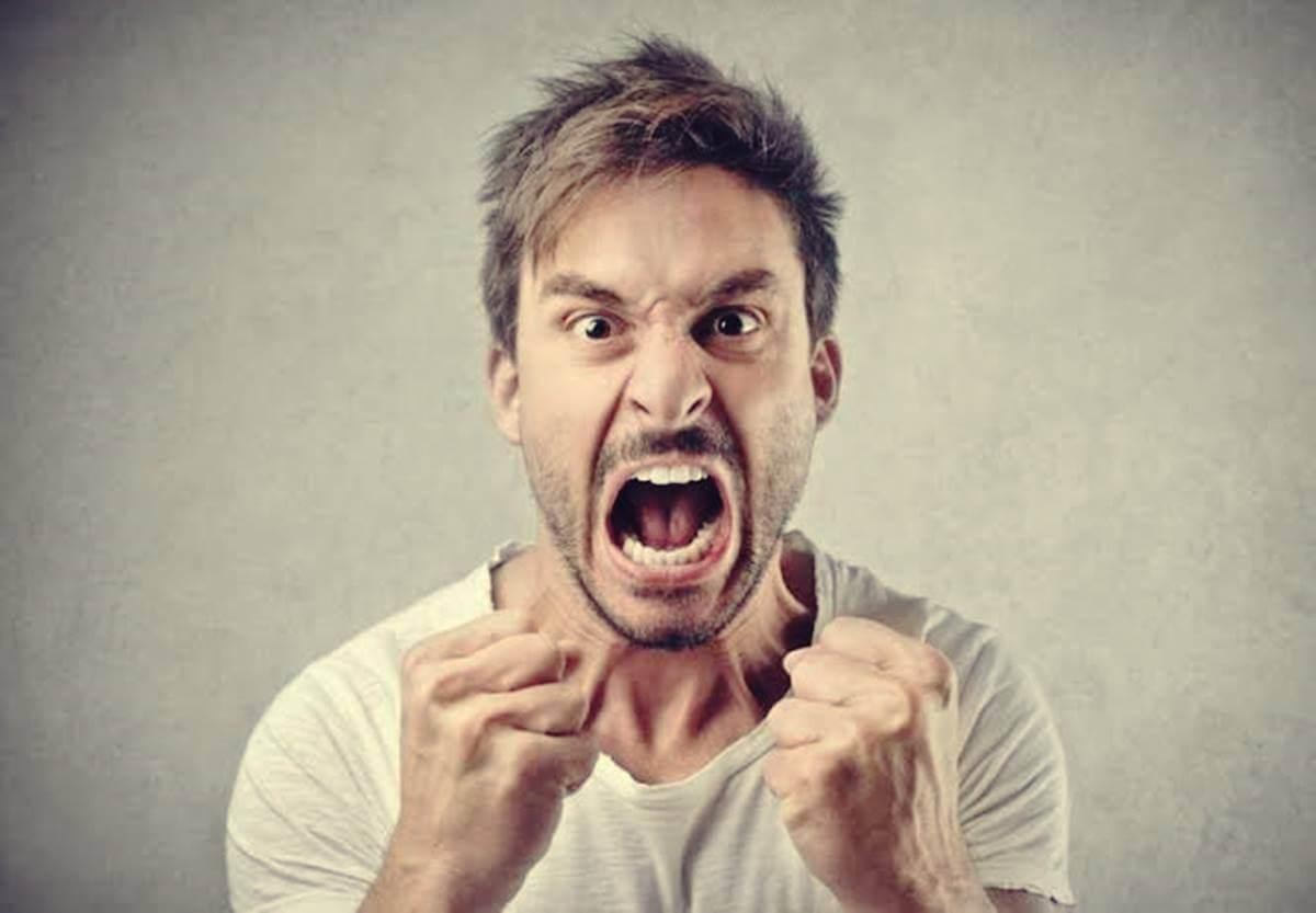 Chico enfadado por quedar atrapado en el  circulo vicioso de la ira