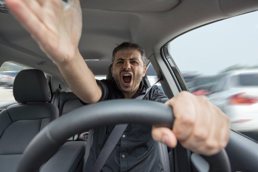 Hombre con ira del conductor