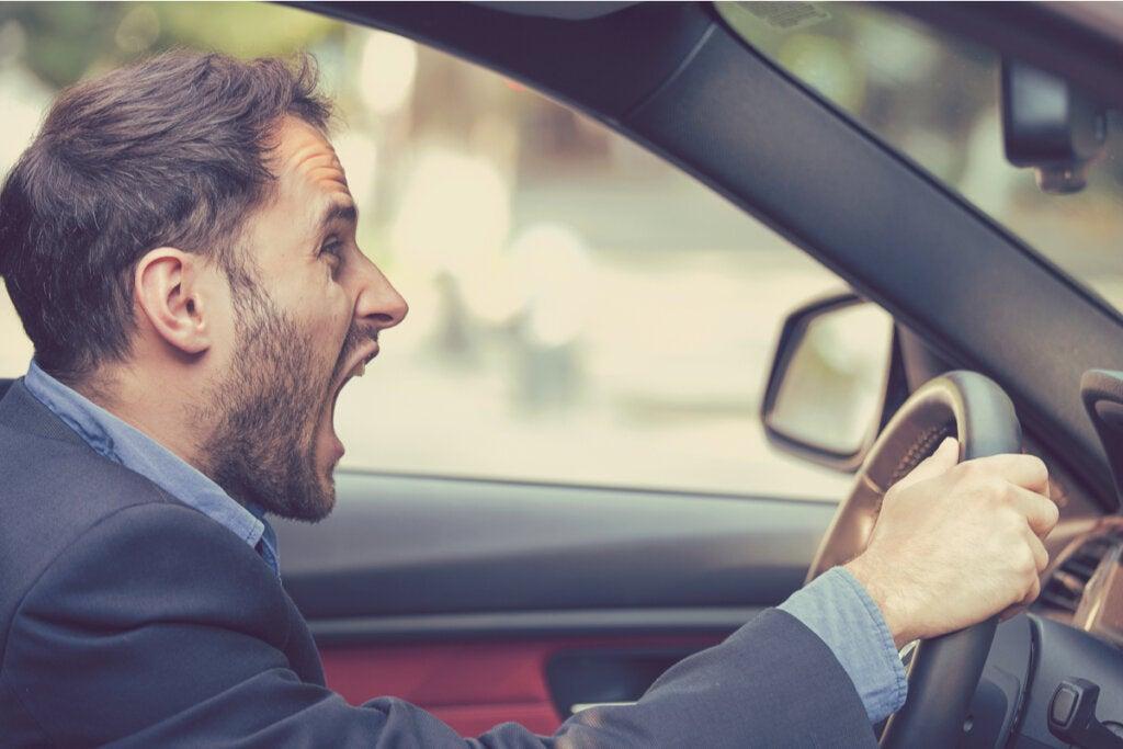 Hombre gritando conduciendo