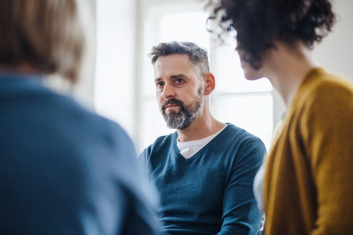 Hombre hablando con su familia porque no se siente valorado