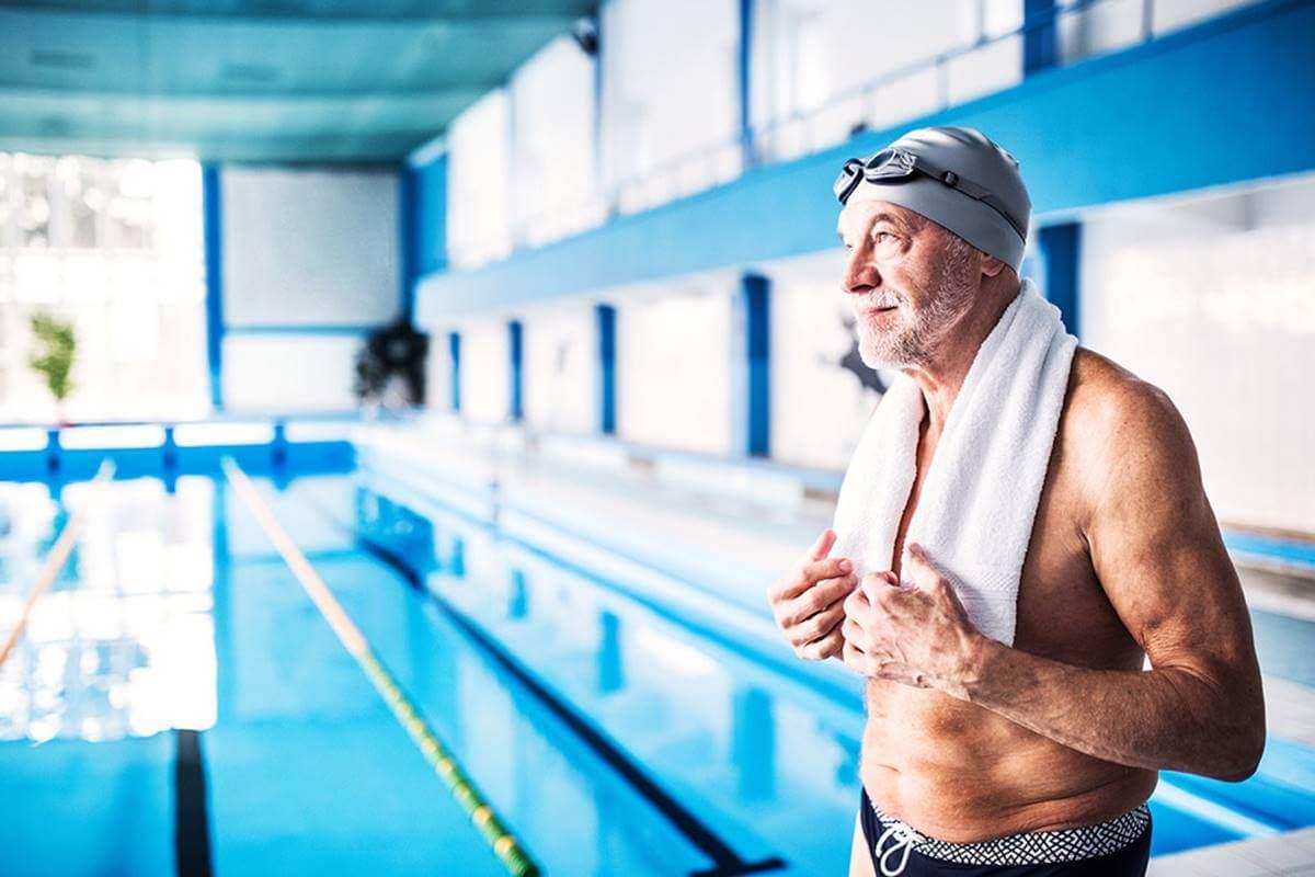 Hombre mayor en piscina para representar que tu edad real de tu cerebro
