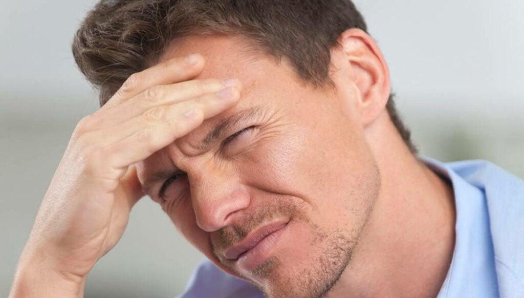 Hombre con dolor debido a la fotofobia