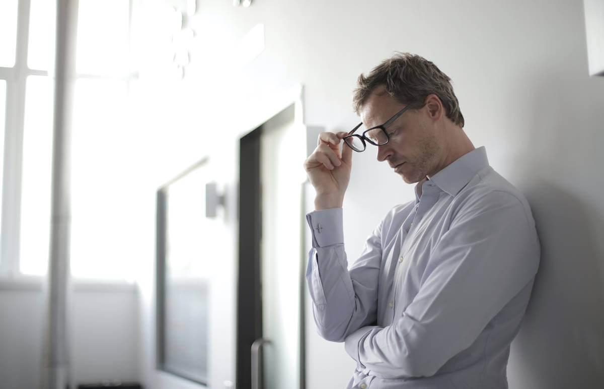 Hombre preocupado por las discusiones que terminan mal