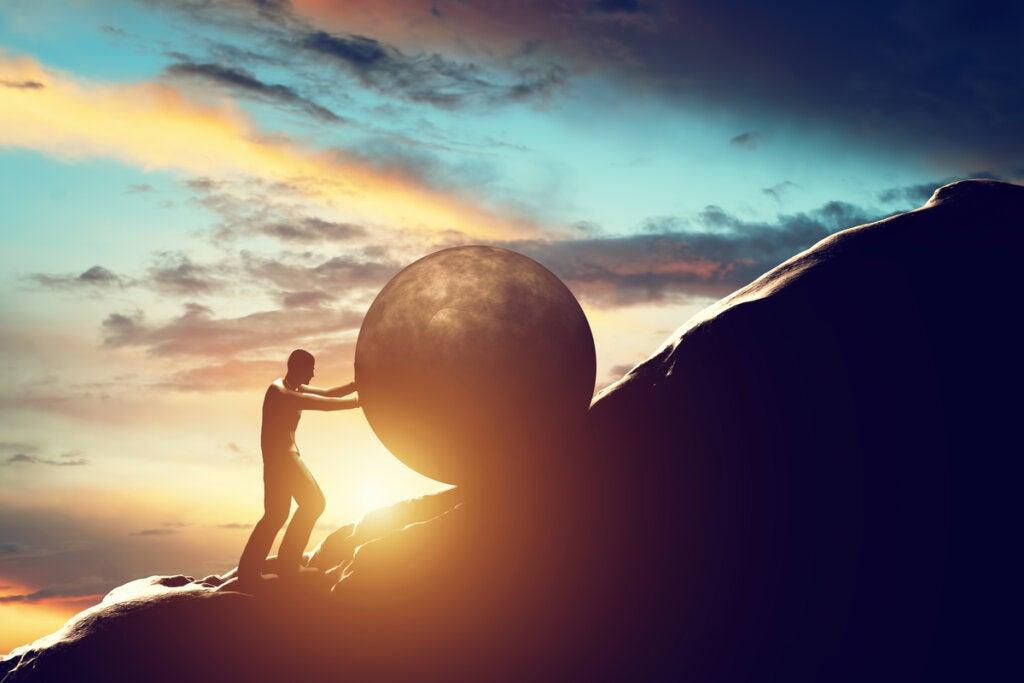 Hombre subiendo una piedra por una montaña