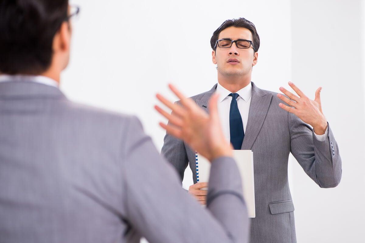 Hombre tartamudo entrenando un discurso