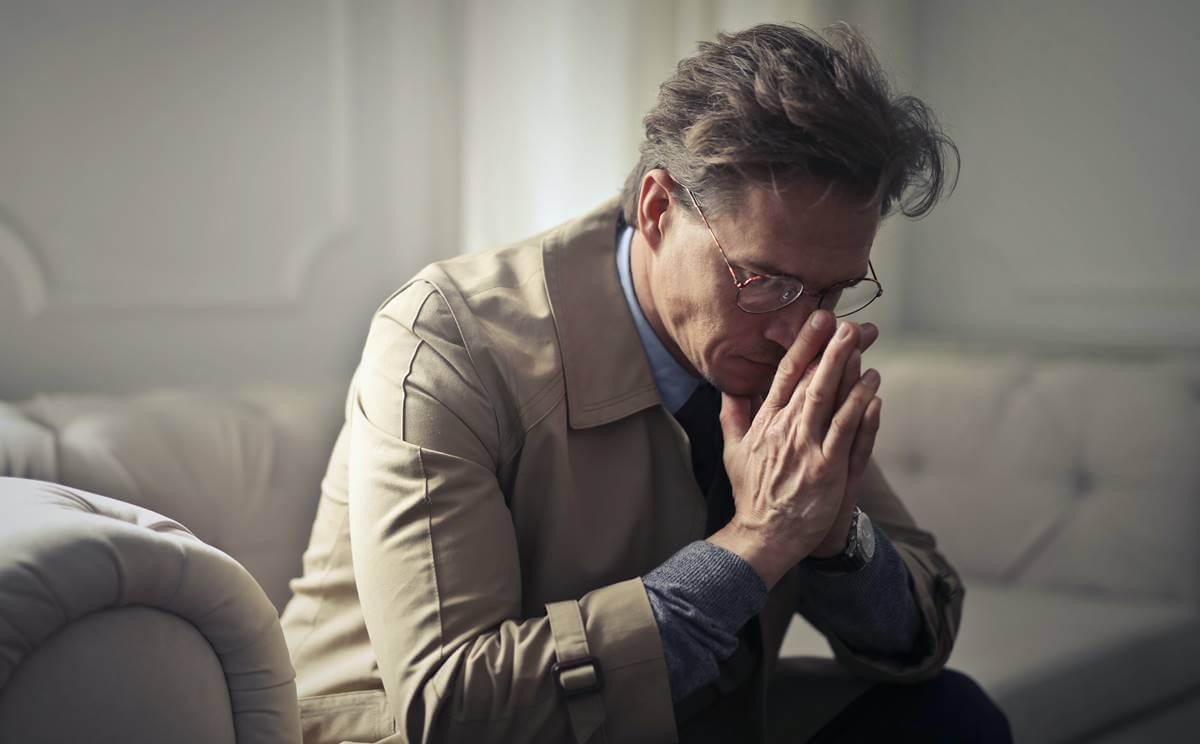 Hombre con depresión por desempleo