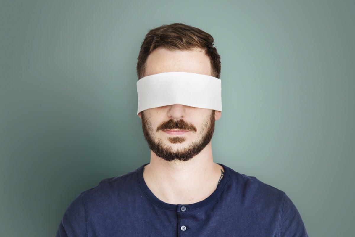 Hombre con venda en los ojos