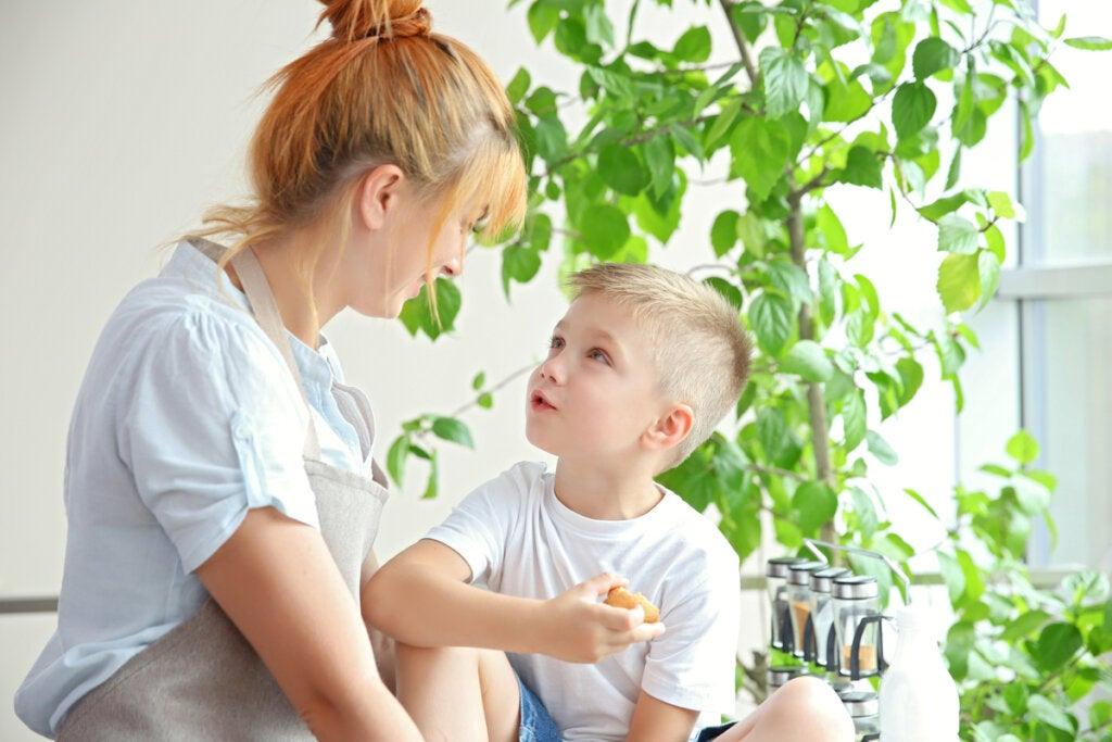 Madre hablando con su hijo con una actitud empática