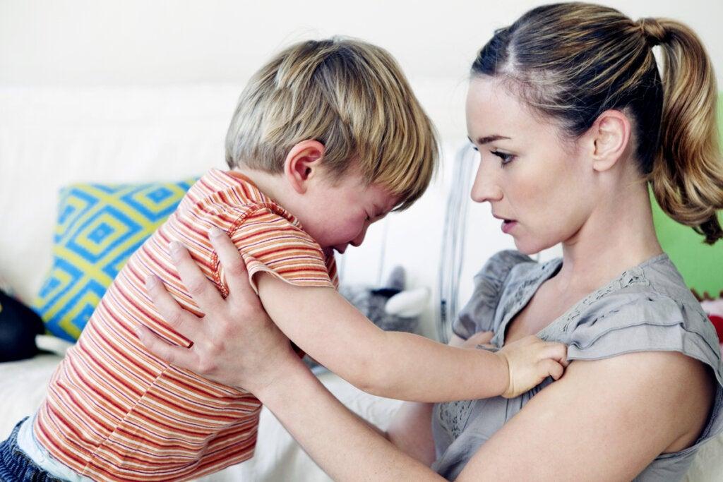 Madre hablando con su hijo sobre su rabieta