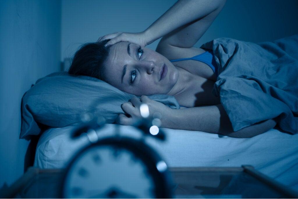 Mujer con ansiedad por la noche