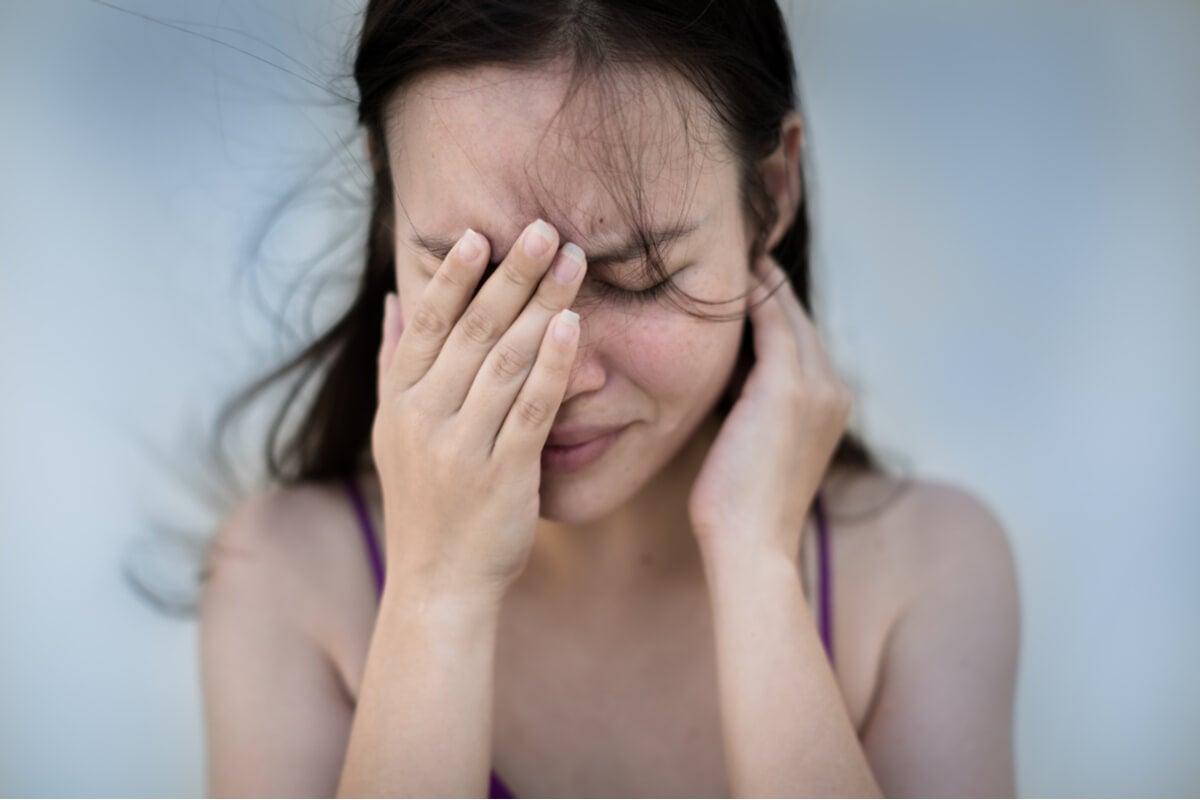 Mujer con ansiedad y dolor de cabeza