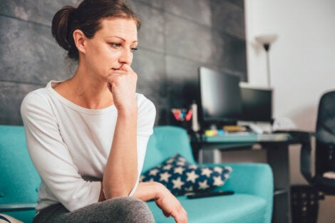 Mujer con ansiedad preocupada