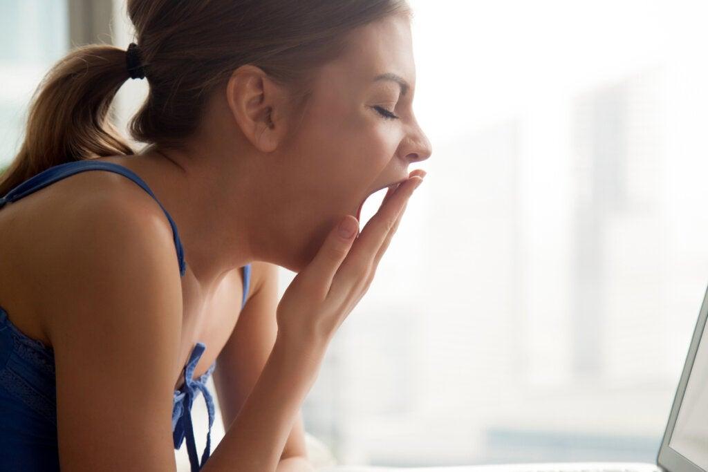 Mujer bostezando