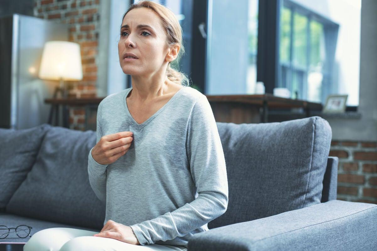 Mujer con calor por menopausia