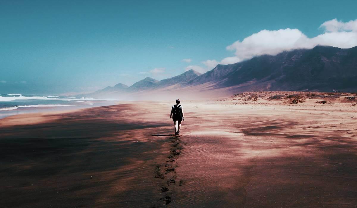 Mujer caminando por escenario desolado pensando en improvisar una salida