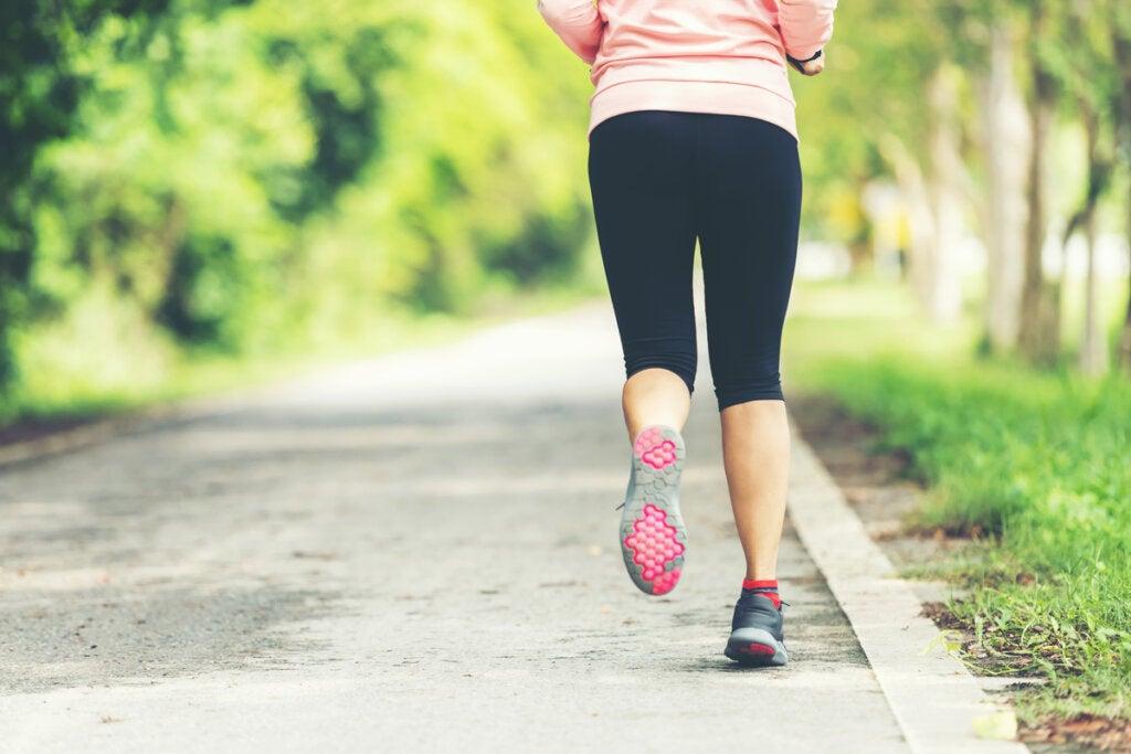 Mujer corriendo al aire libre venciendo la ansiedad y sedentarismo