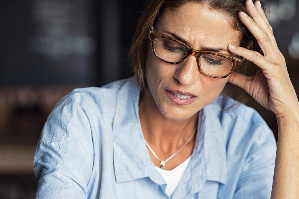 Mujer estresada en casa pensando en que estoy desbordado