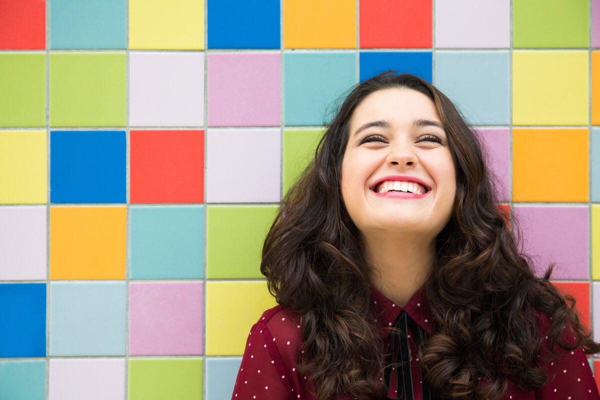 Mujer feliz sonriendo