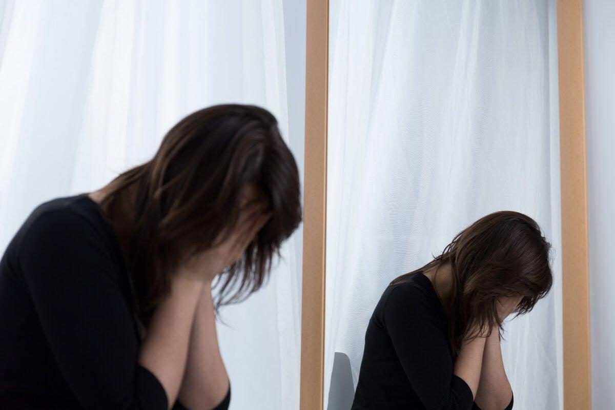Mujer llorando frente al espejo